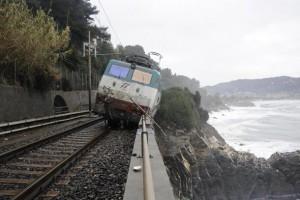 ++ Maltempo: treno deragliato in Liguria, due feriti ++